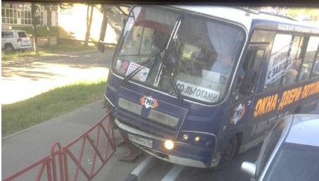 На Московском проспекте в Ярославле автобус с пассажирами протаранил забор: видео