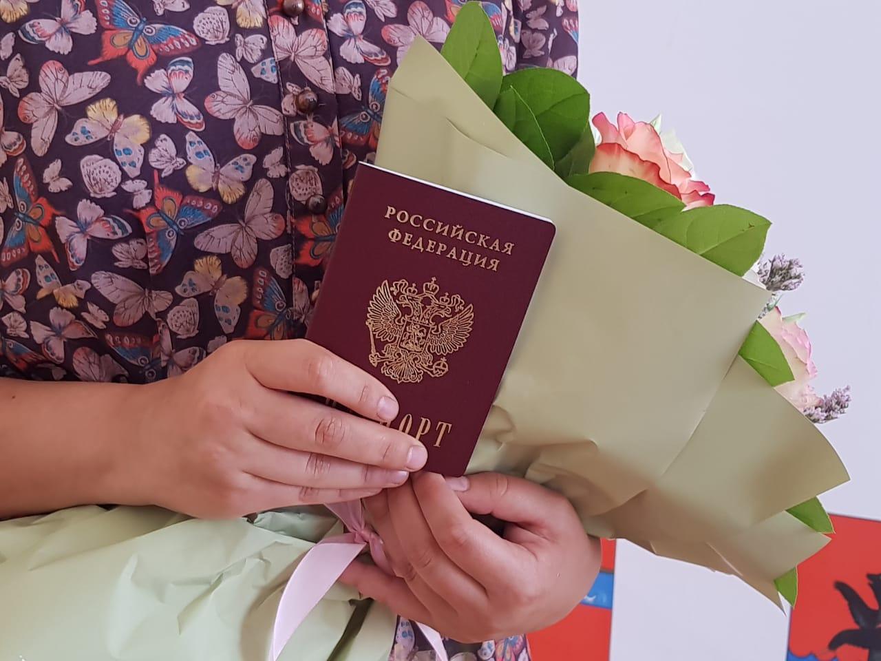 В канун Дня России губернатор Дмитрий Миронов вручил паспорта 14-летним жителям области