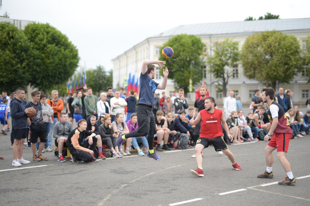 В День России на Советской площади Ярославля прошел турнир по стритболу