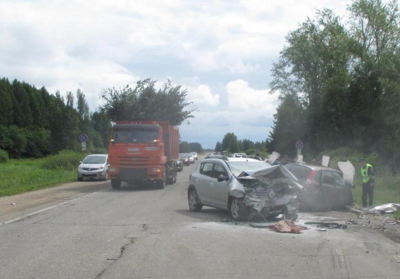 В Ярославской области столкнулись две легковушки: двое пострадавших
