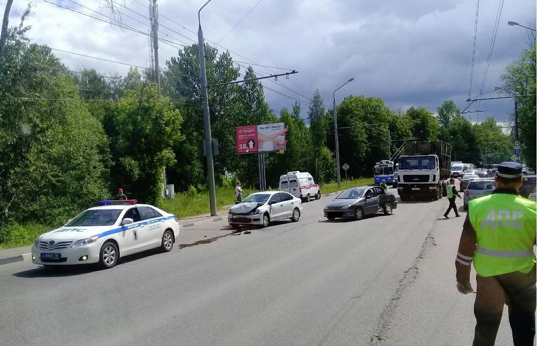 Иномарки раскидало по дороге: в крупной аварии в Ярославле пострадали двое детей и взрослый