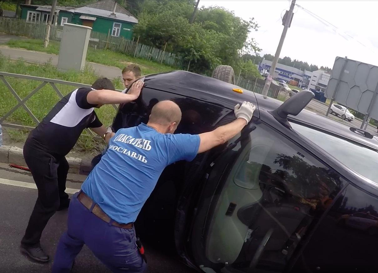 Спасательная операция за Волгой: у школы №50 перевернулся автомобиль
