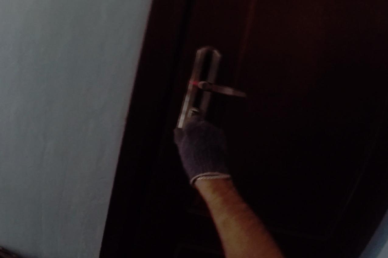 В Ярославле спасателям пришлось вскрывать дверь, чтобы вызволить женщину и ребенка