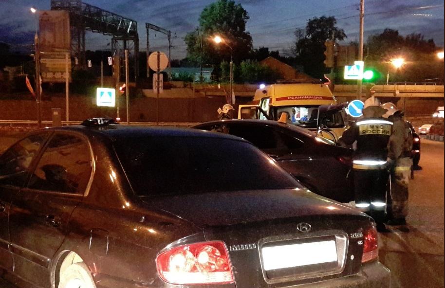 Смятые легковушки и груда осколков: в крупном ДТП в Ярославле пострадали двое