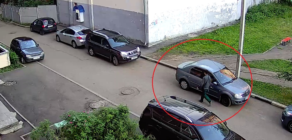 В Ярославле автовандал поцарапал десяток машин: видео