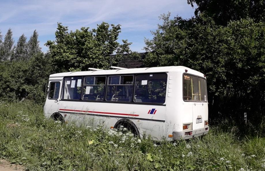 Под Ярославлем автобус с пассажирами вылетел в кювет: пострадала женщина