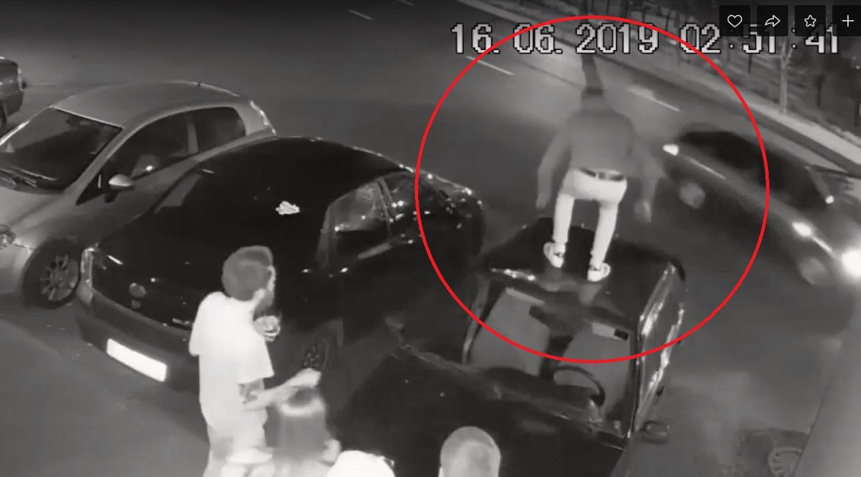 В Рыбинске ищут вандала, прыгавшего по крышам автомобилей
