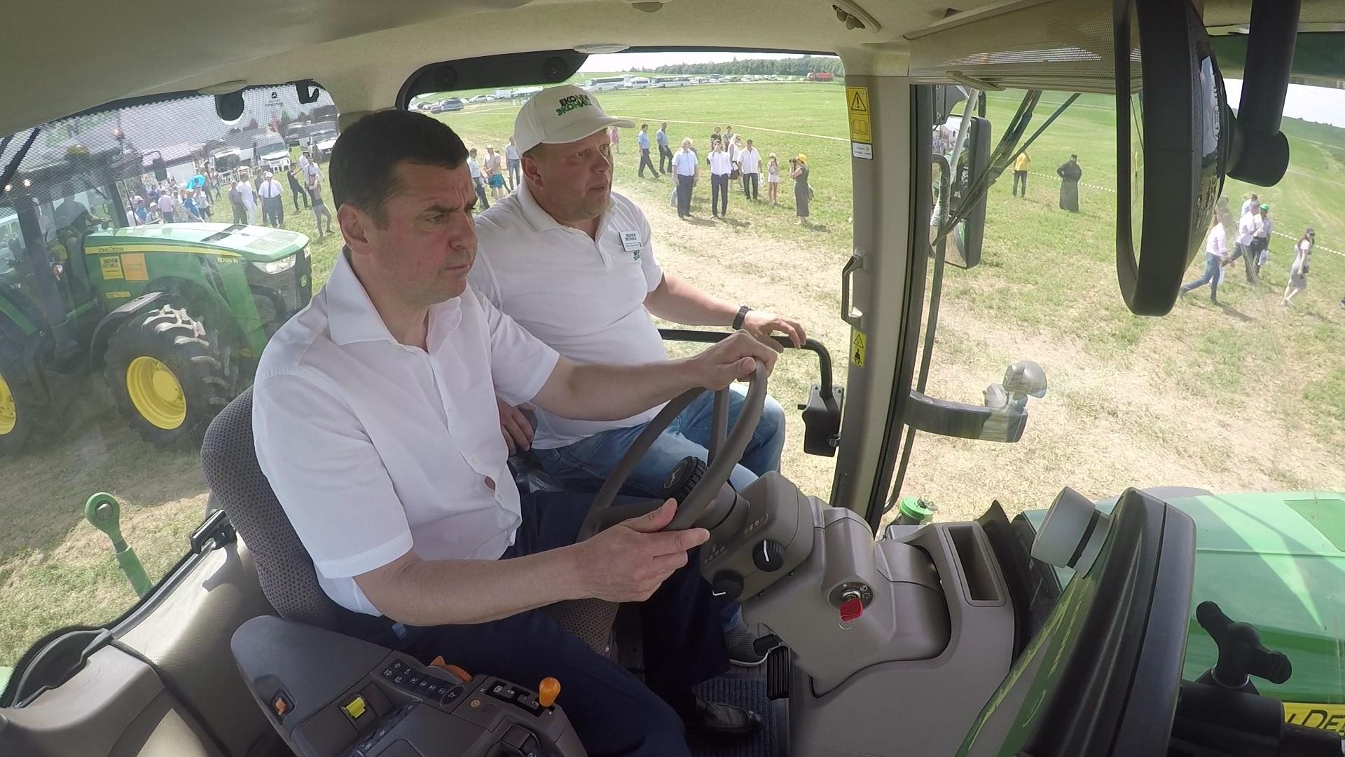 Дмитрий Миронов на Дне поля сел за руль трактора