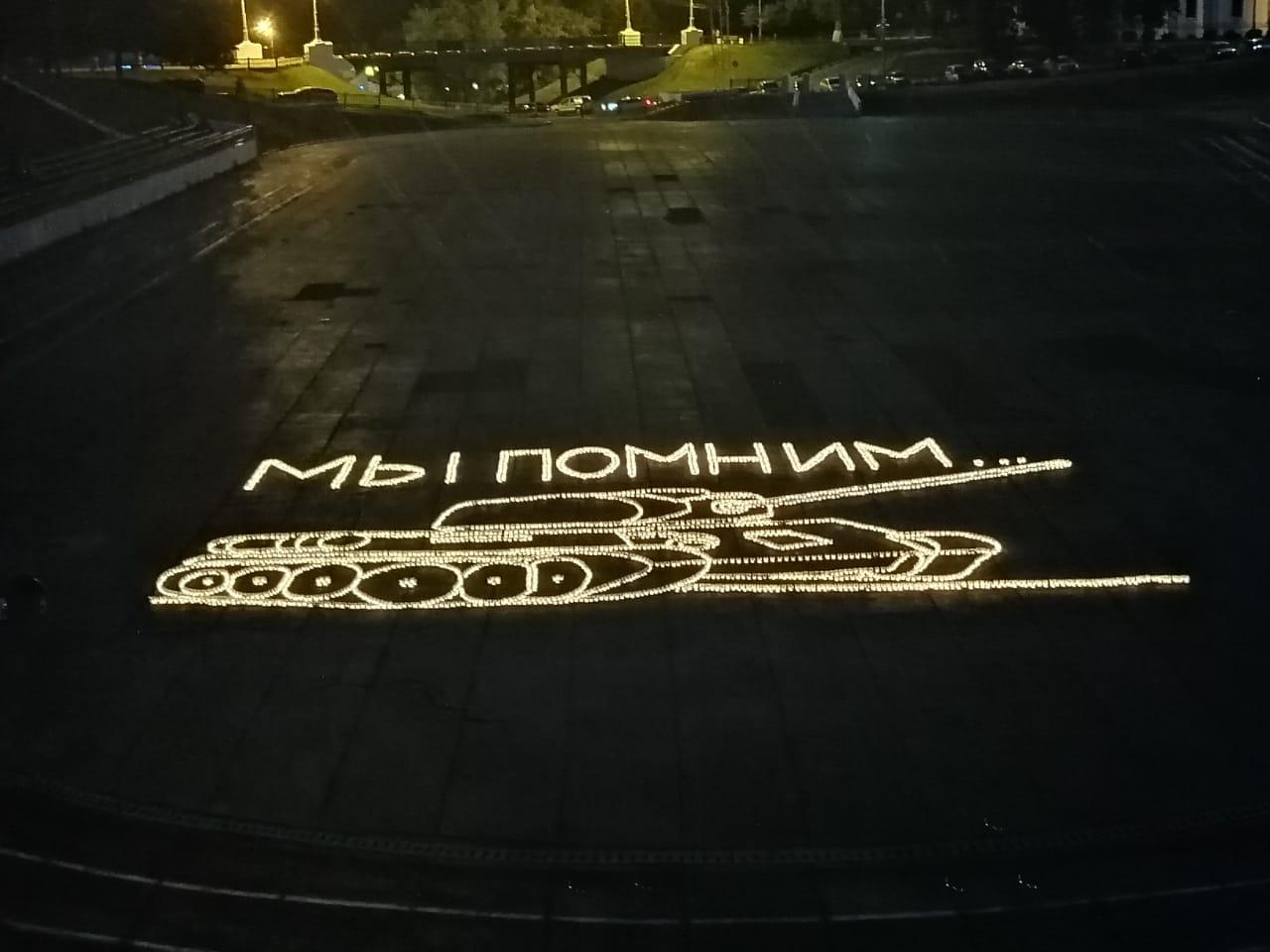 В центре Ярославля из свечей выложили танк Т-34: фото