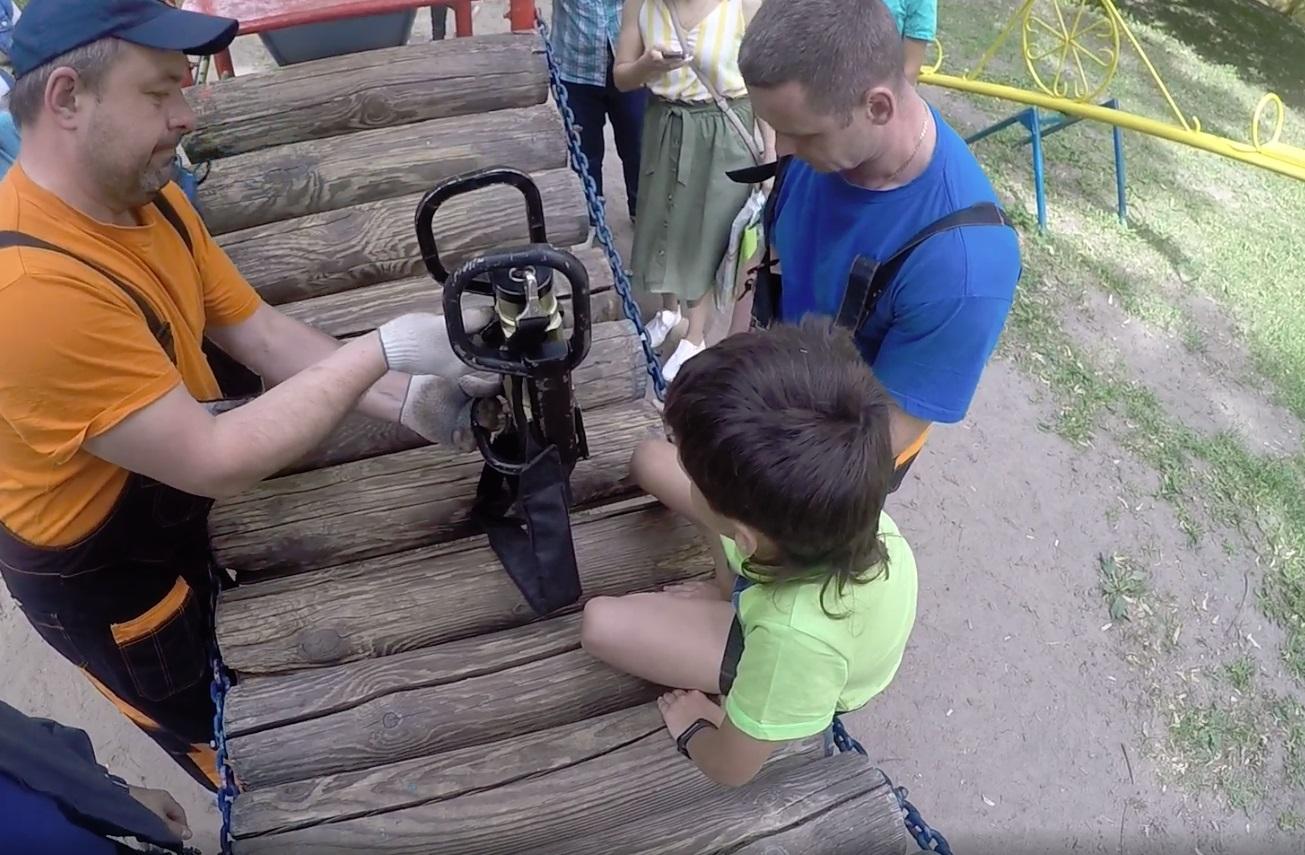 В центре Ярославля спасли ребенка, ногу которого зажало в детском городке