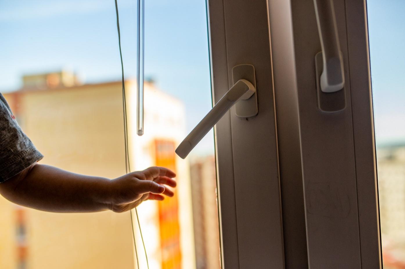 Встаньте на колени: советы спасателей, как защитить ребёнка от падения из окна