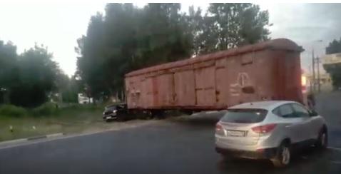 В Ярославле иномарку на переезде смял поезд