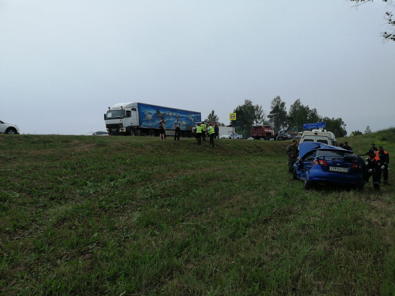 Шесть человек, в том числе четверо детей, пострадали в жутком ДТП с грузовиком в Ярославской области