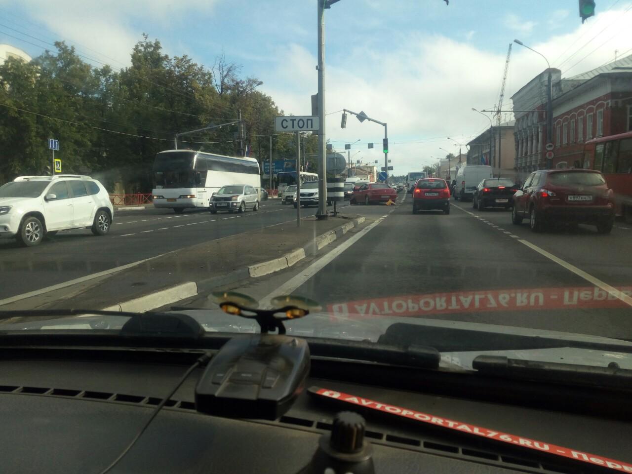 ДТП с участием такси спровоцировало жуткую пробку на Московском проспекте
