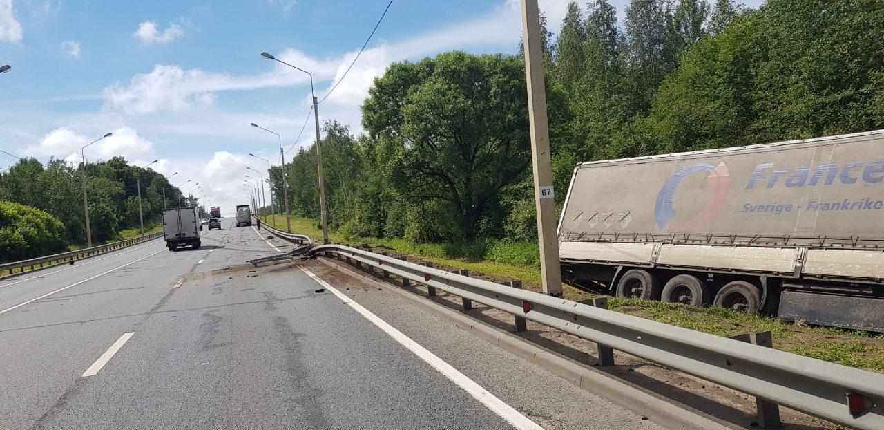 В Ярославской области фура столкнулась с бензовозом и протаранила ограждение
