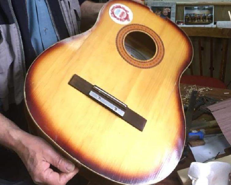 Мастер гитары. Рыбинец изготовил уникальный музыкальный инструмент