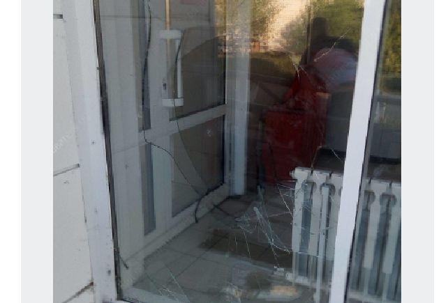 В Ярославской области пьяный мужчина разнес витрину магазина тротуарной плиткой