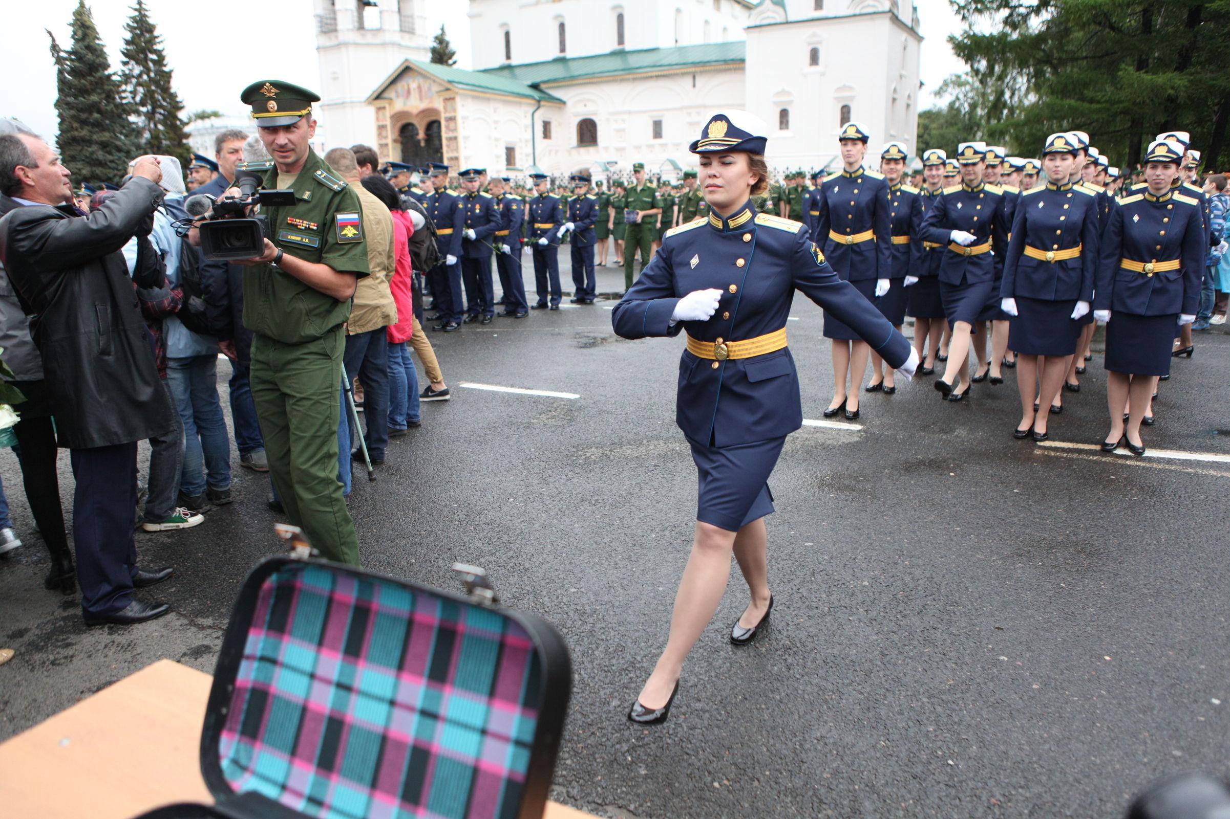 В центре Ярославля чествовали выпускников высшего военного училища ПВО: фоторепортаж
