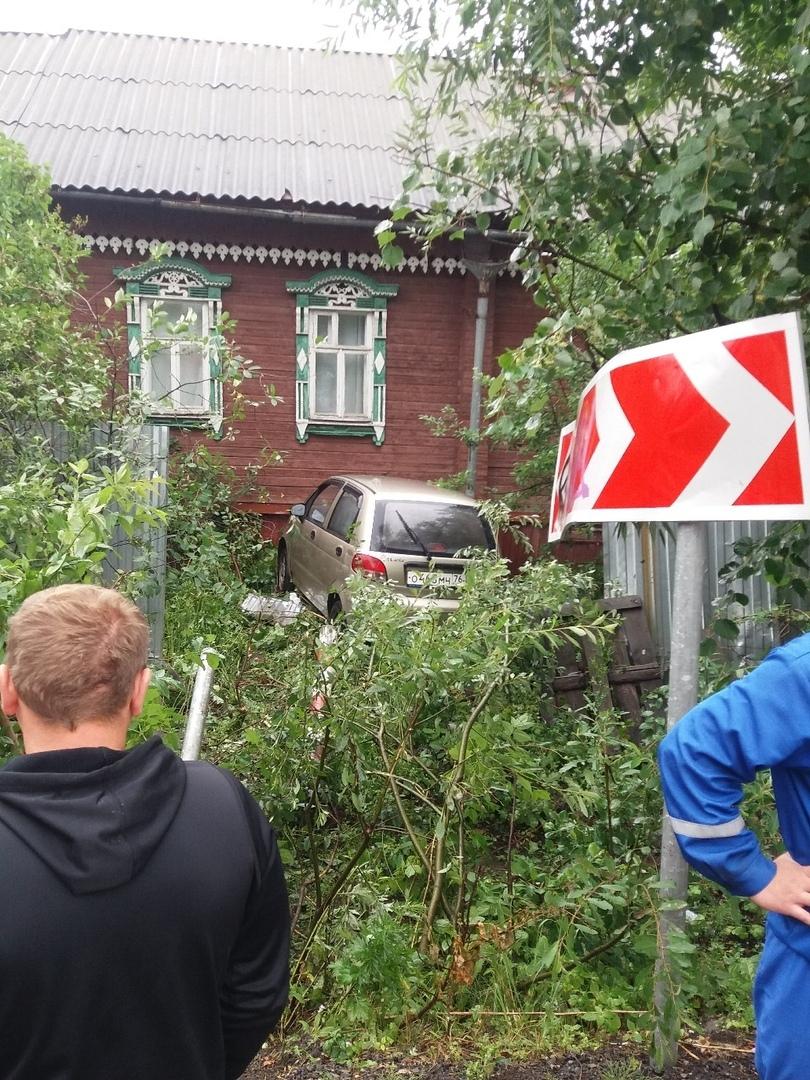 В Ярославле автомобиль снес забор и врезался в дом