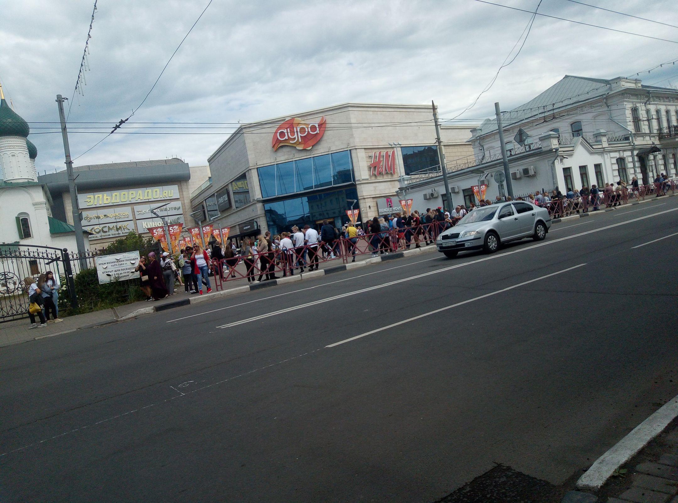 Дым и паника: в Ярославле эвакуировали торговый центр «Аура» – кадры