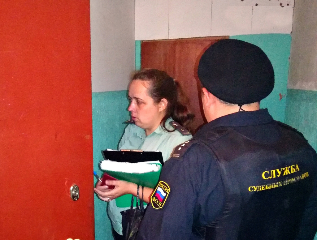 Задолжавший полмиллиона рублей алиментщик прятался от приставов в подвале