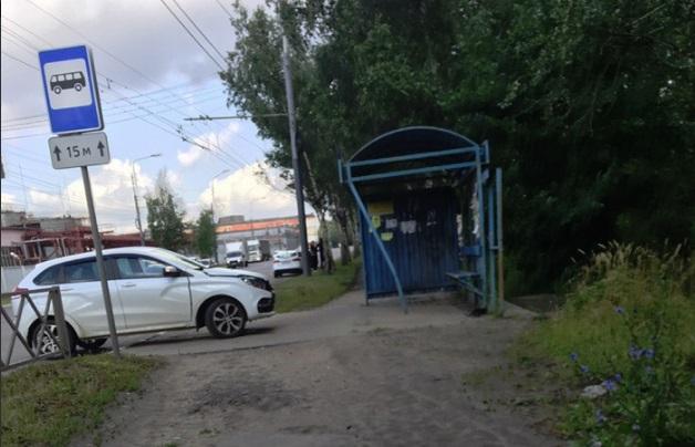 В Ярославле легковушка врезалась в остановку