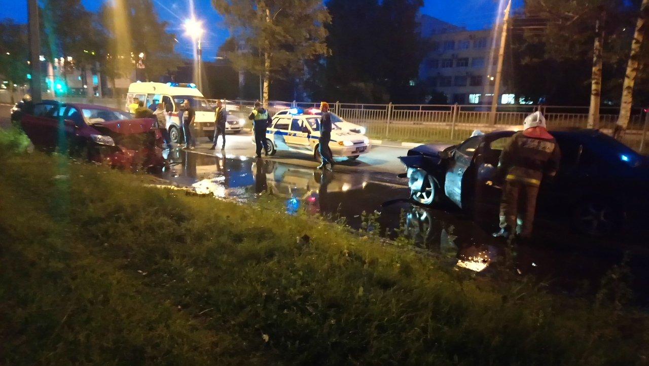 В лобовом ДТП на проспекте Авиаторов в Ярославле пострадали мужчина и женщина