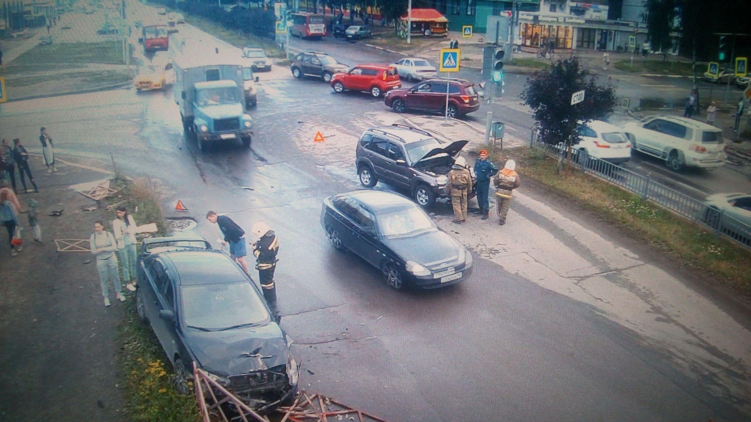 Разбитые иномарки и снесенный забор: в ДТП за Волгой пострадал мужчина – видео