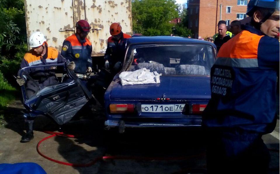 Под Ярославлем легковушку разворотило после столкновения с грузовиком