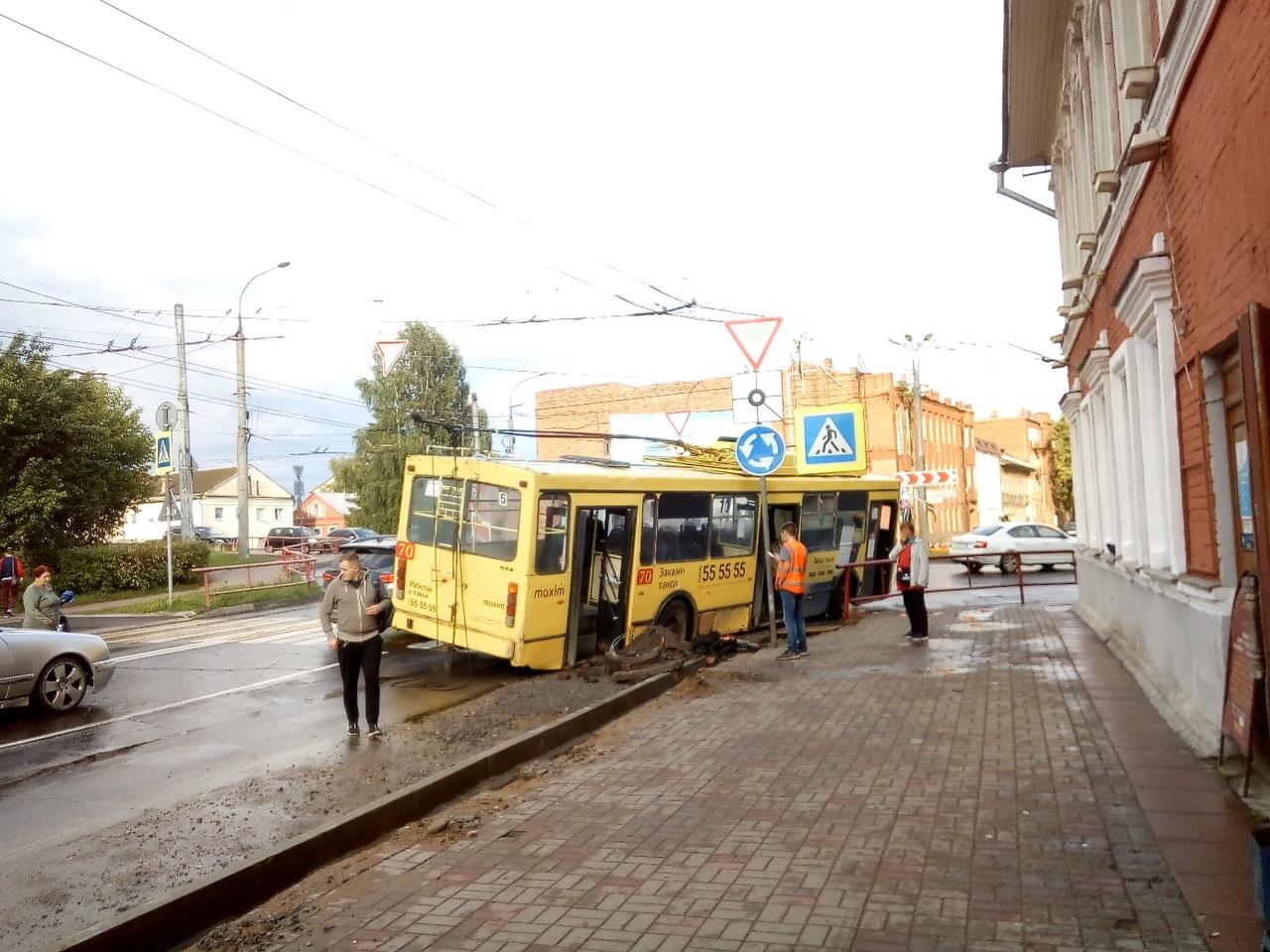 В центре Рыбинска троллейбус провалился в яму: кадры