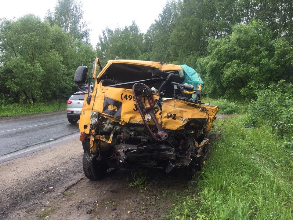 В Ярославской области эвакуатор протаранил автобус с пассажирами: пятеро пострадавших
