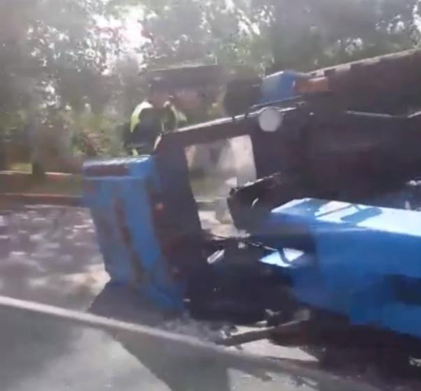 В центральном районе Ярославля перевернулся трактор