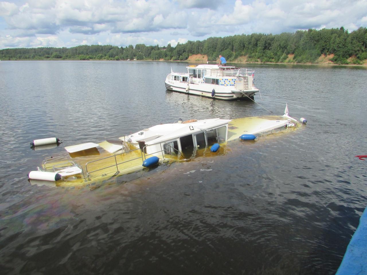 В Ярославской области туристический теплоход столкнулся с яхтой: одно из судов затонуло