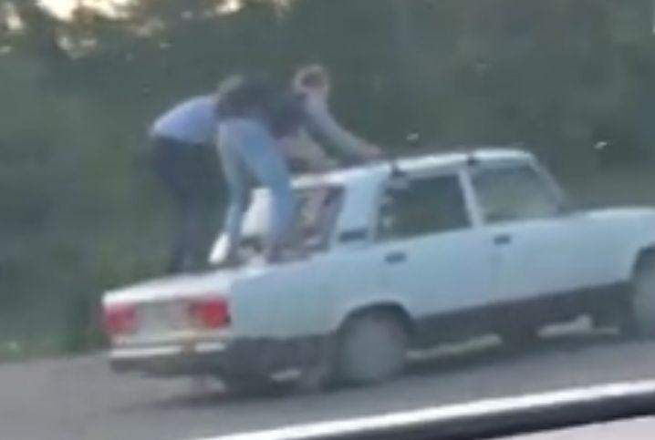 Ярославцев шокировали экстремалы, катающиеся на крыше автомобиля