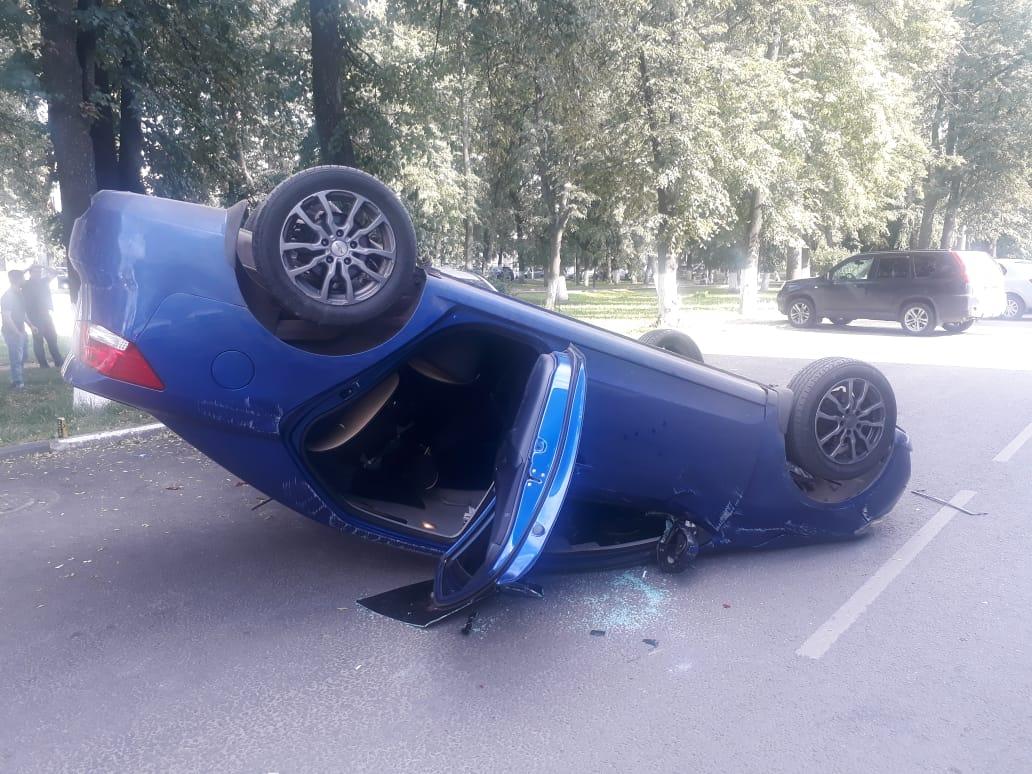 В центре Ярославля перевернулась иномарка под управлением подростка