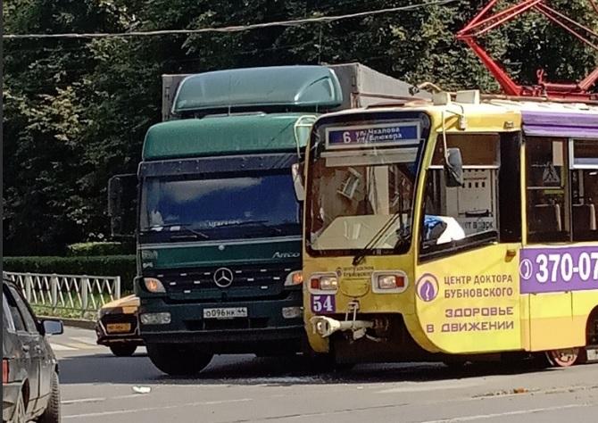 В Ярославле грузовик столкнулся с трамваем