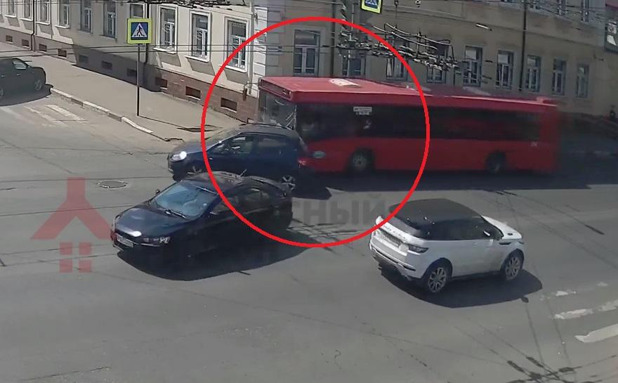 У здания УМВД в Ярославле автобус протаранил легковушку: видео