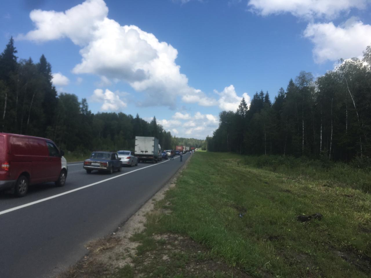 В Ярославской области на трассе М8 образовалась многокилометровая пробка из-за массового ДТП