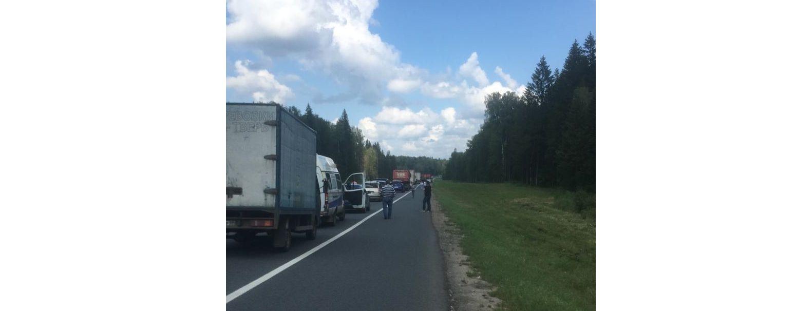 Из-за ДТП на федеральной трассе в Ярославской области встало движение: новые подробности