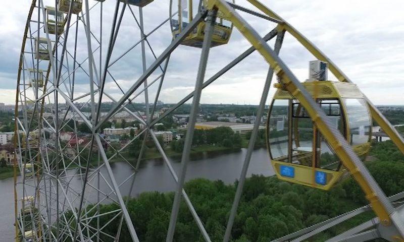 В Ярославле колесо обозрения во время ливня начало крутиться в обратную сторону