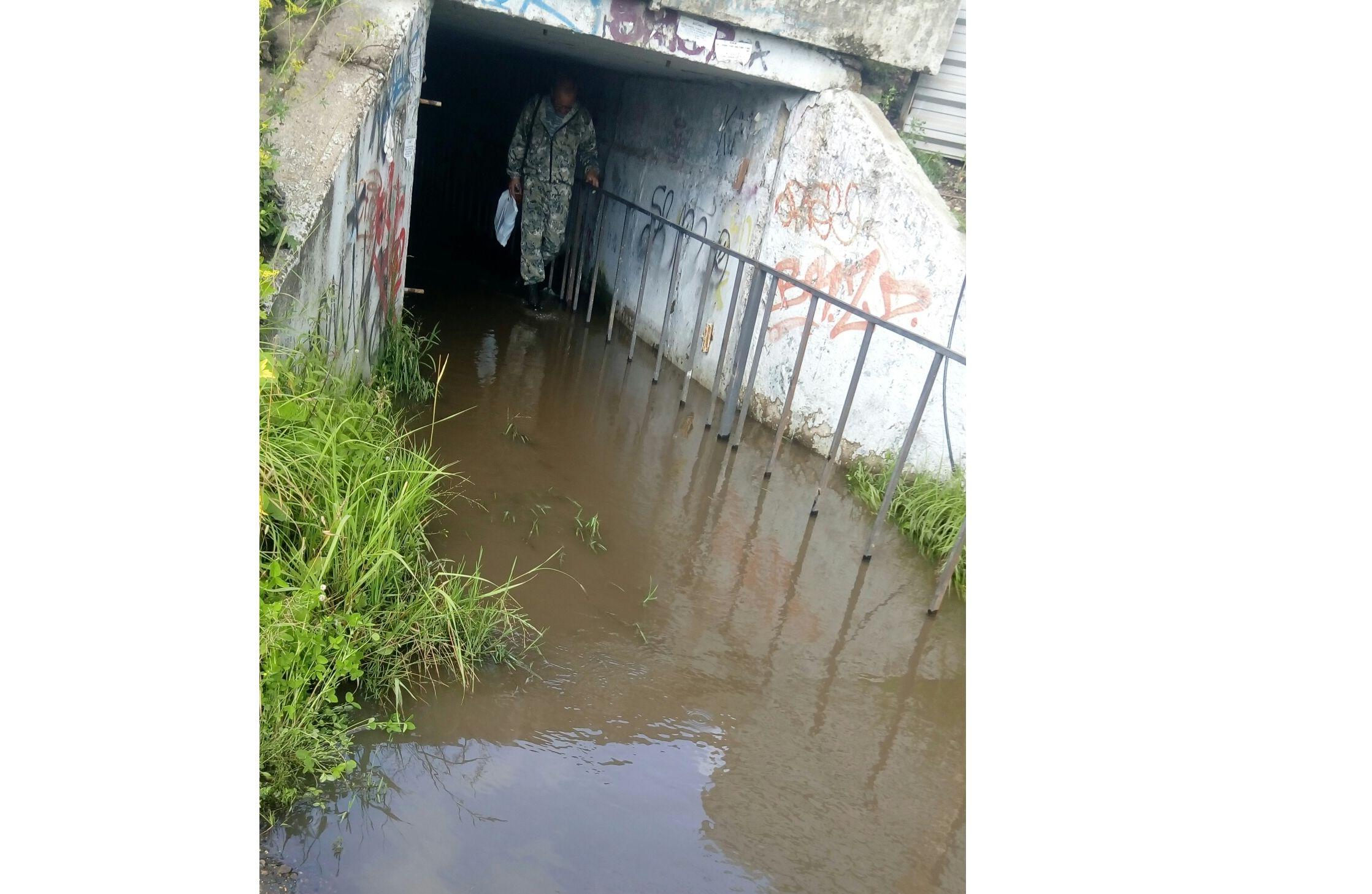 Бабушки идут босиком по железной решетке: в Ярославле затопило единственный переход к остановке