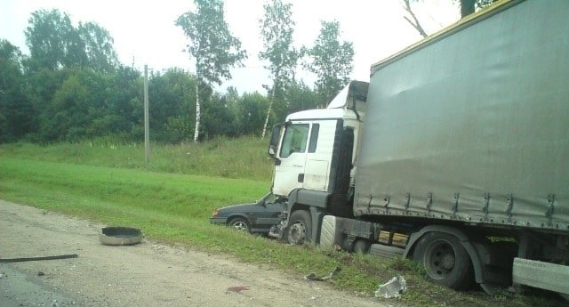 В ДТП с участием фуры на трассе в Ярославской области пострадали пять человек