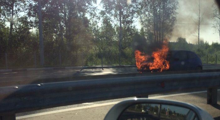 В Ярославле на ходу загорелась иномарка, в которой ехал ребенок