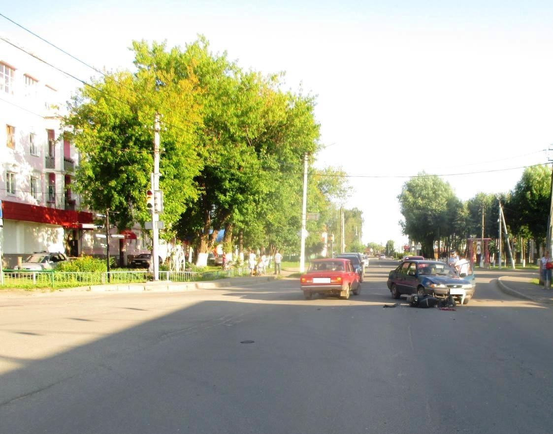 В Ярославской области водитель иномарки проехал на красный и сбил мопед