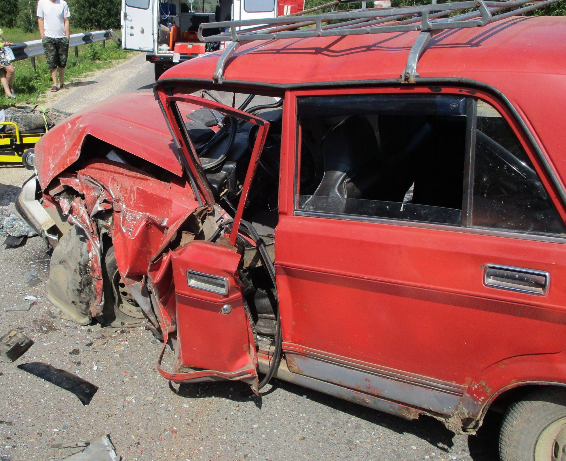 В Ярославской области ВАЗ смяло после столкновения с иномаркой: пострадал водитель