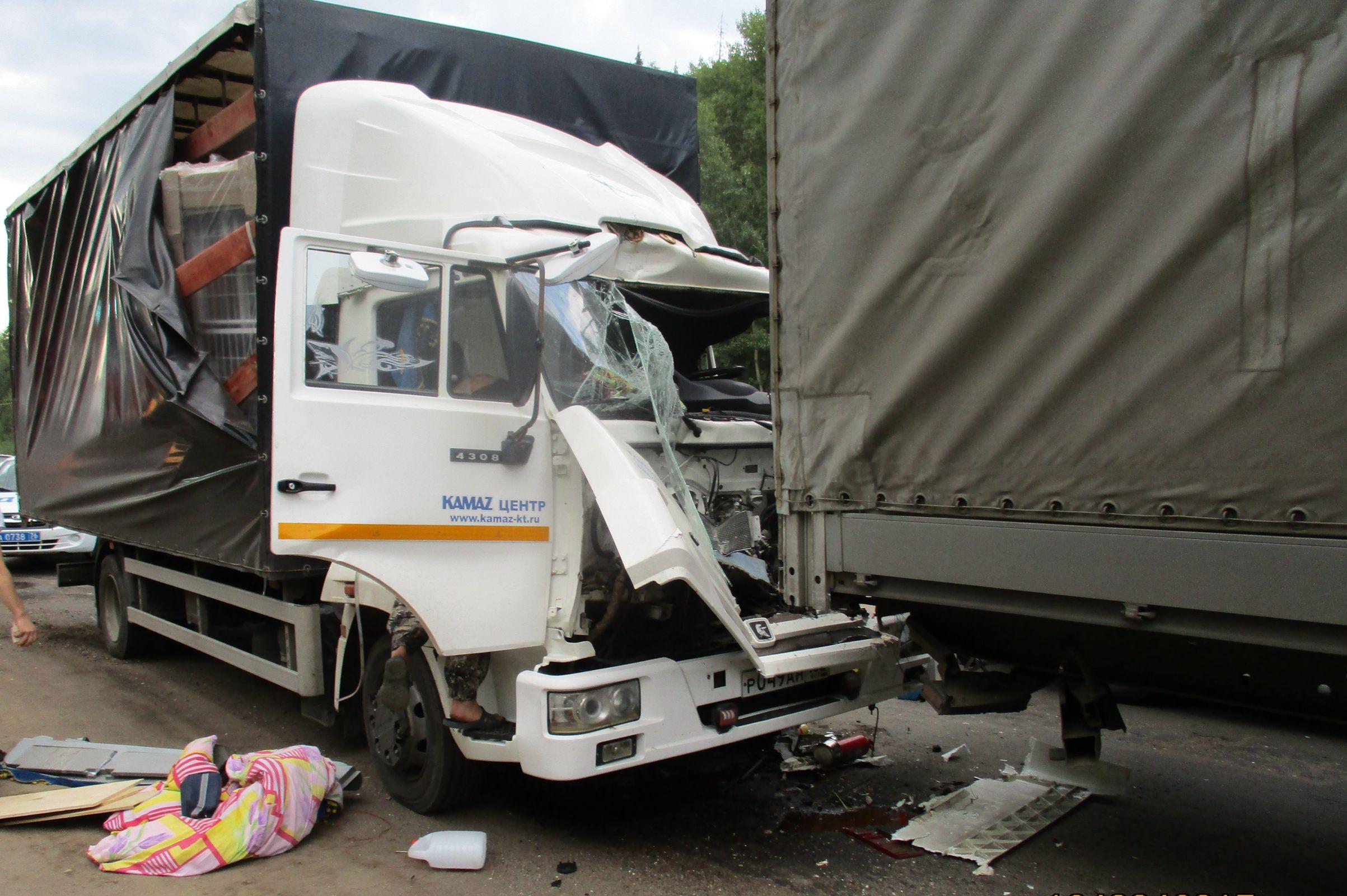 Под Ярославлем столкнулись две фуры: пострадал человек