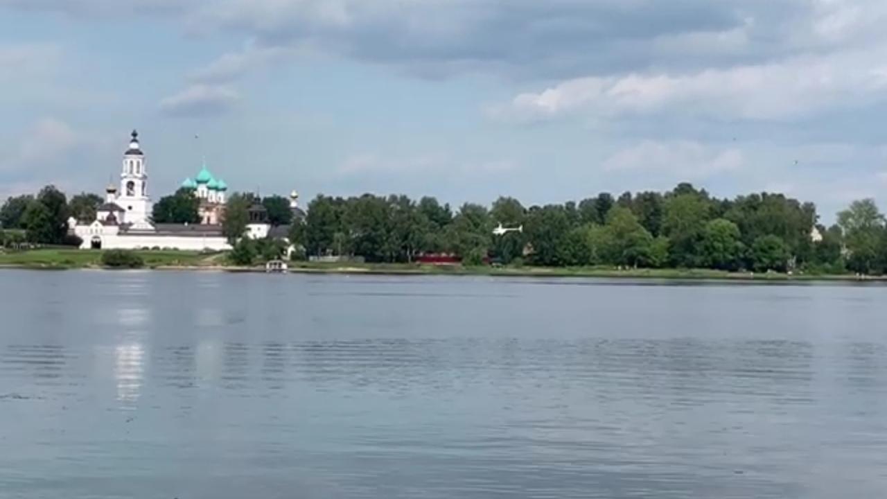 В Ярославле над монастырем пилот вертолета выполнял опасные маневры: видео