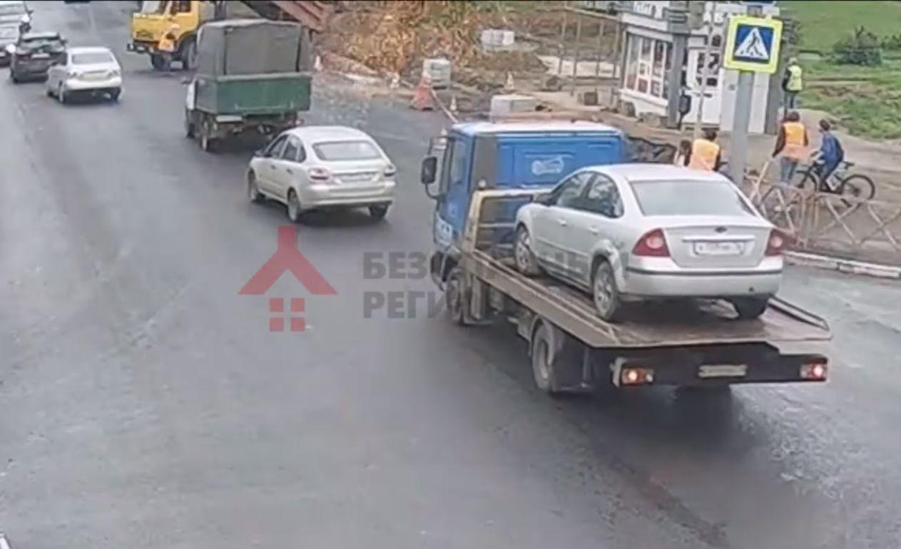 Самосвал оборвал провода на улице Гагарина в Ярославле: видео