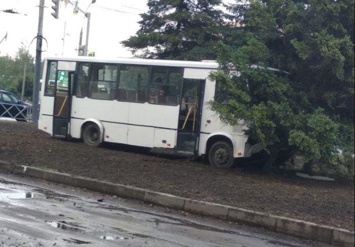 В Ярославле маршрутка с пассажирами врезалась в дерево