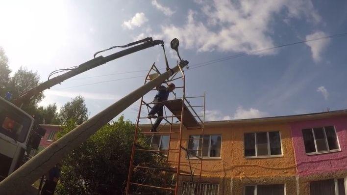 В Ярославле на крышу детского сада упал бетонный столб